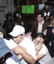 Diputados abandonan el Congreso de la República con el rostro cubierto. (Foto Prensa Libre: Paulo Raqueq)