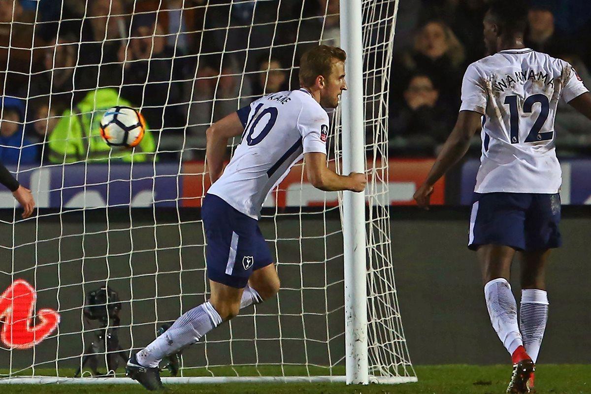 """El Tottenham tiene a su héroe, y se llama Harry Kane. Hoy volvió a darle una alegría a la afición de los """"Spurs"""". (Foto Prensa Libre: AFP)"""