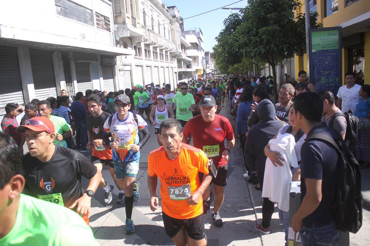 Decenas de corredores llegaron a la cita deportiva este domingo en las calles de la ciudad. (Foto Prensa Libre: Jesús Cuque)