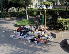 Basura acumulada en el parque central de Xela molesta a vecinos. (Foto Prensa Libre: María José Longo)