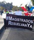 Entre los participantes de una marcha a favor de la Minera San Rafael se encuentran extrabajadores de la empresa, quienes se dirigen a la CC. (Foto Prensa Libre: Carlos Hernández)