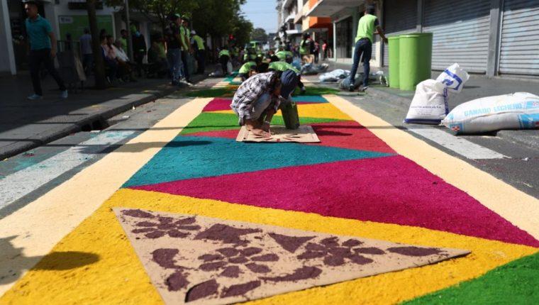 Más de mil voluntarios elaboran la alfombra más grande del mundo en Paseo de la Sexta. (Foto Prensa Libre: Esbin García)