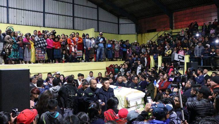En la Municipalidad de San Juan Ostuncalco brindaron homenaje a Claudia Gómez. (Foto Prensa Libre: María José Longo)