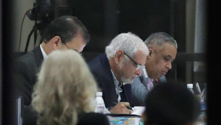 El expresidente panameño Ricardo Martinelli (centro) revisa documentos durante su audiencia este lunes en Ciudad de Panamá. (Foto Prensa Libre: EFE)