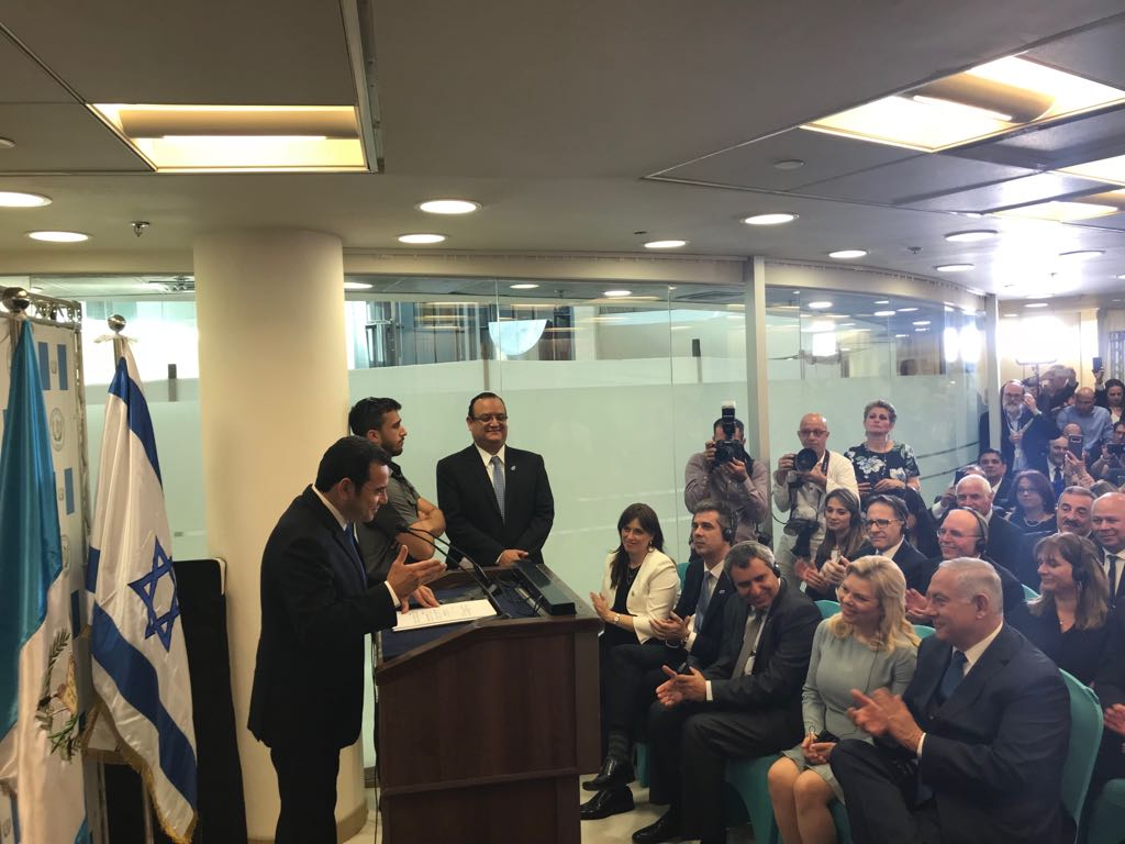 """""""Gracias a Dios prometo poco"""", dice Jimmy Morales en inauguración de embajada"""