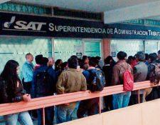 Largas filas de usuarios se forman en la agencia Monserrat de la SAT, donde se centralizó atención a quienes efectúan trámites de terceros. (Foto, Prensa Libre: Cortesía)
