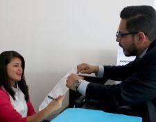 Daniel Elías entrega la Certificación del punto de Acta de Asamblea Extraordinaria del fin de semana. (Foto Prensa Libre: Fedefut)