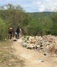Agentes de la PNC recaban evidencias en un camino de terracería de Cabañas, Zacapa, donde localizaron el cadáver de una mujer. (Foto Prensa Libre: Víctor Gómez)