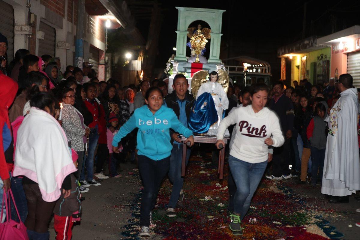 En El Tejar, los vecinos corren con los ángeles y así celebran la resurrección de Jesús