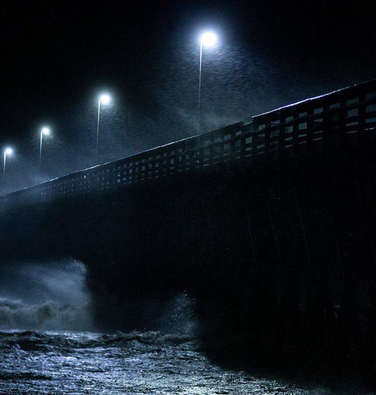 Las olas chocan contra un puente en Carolina del Sur. (Foto Prensa Libre: AFP)
