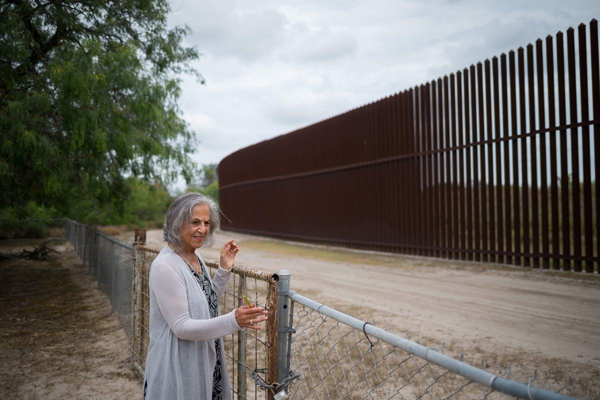 Eloisa Támez, una activista y opositora del muro fronterizo entre EE. UU. y México, se encuentra en su patio trasero en San Benito, Texas.(Foto Prensa Libre:AFP).