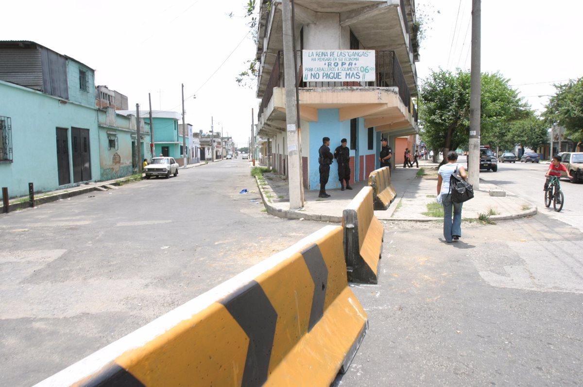 El barrio El Gallito en la actualidad solo tiene tres rutas de ingreso, el resto están bloqueadas por la PNC. (Foto Prensa Libre: Hemeroteca PL)
