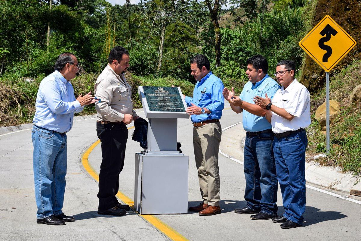 El presidente Jimmy Morales junto al ministro de Comunicaciones, José Luis Benito, el alcalde de Colomba y el gobernador departamental inaugura el tramo carretero. (Foto Prensa Libre)