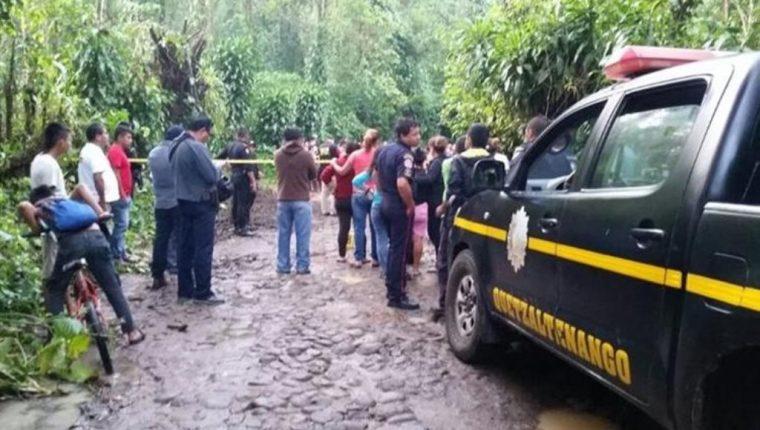 Vecinos llegan a reconocer los cadáveres del periodista y su esposa, en la carretera de terracería entre Coatepeque y Flores Costa Cuca. (Foto Prensa Libre: Hemeroteca PL).