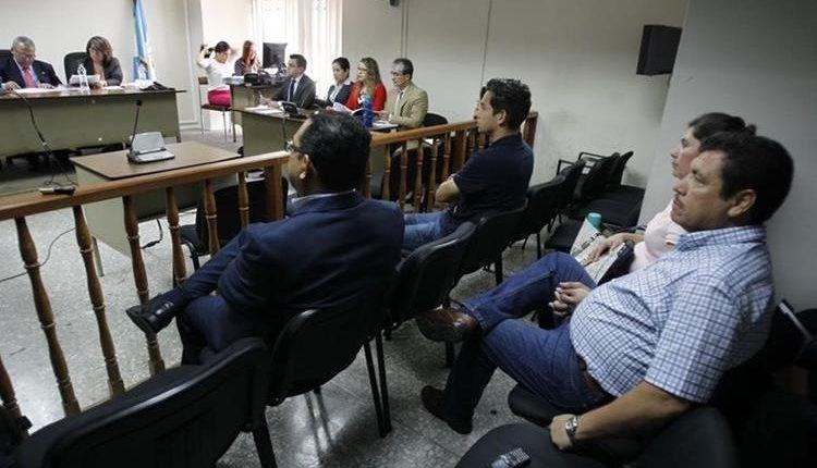 El hijo del presidente Jimmy Morales, José Manuel Morales Marroquín y su tío, Sammy Morales, en el caso Botín Registro de la Propiedad, durante una de las audiencias. (Foto Prensa Libre: Hemeroteca PL)