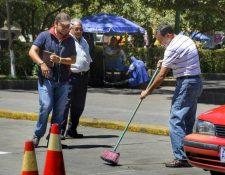 El jefe edil, Luis Grijalva, barre un área del parque central de Quetzaltenango. (Foto Prensa Libre: Jaime Fernando Minera).