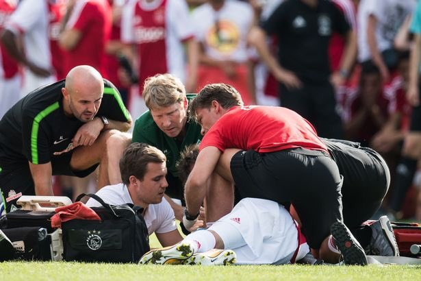 Jugador del Ajax se desploma en pleno partido y está en coma artificial