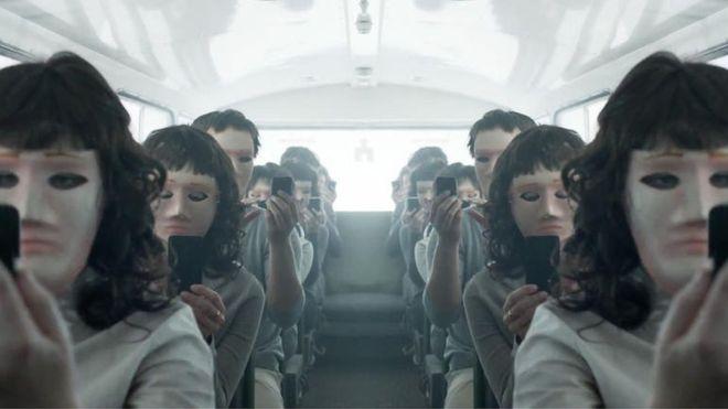 La serie británica Black Mirror habla sobre cómo la tecnología afecta a nuestras vidas. Esta imagen es de un teaser de la cuarta temporada, que se estrenará a finales de este año. (NETFLIX)