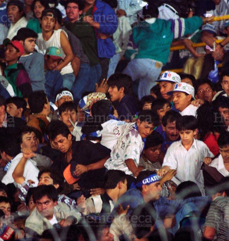 Cientos de aficionados se abalanzaron sobre la puerta del sector general sur. Esto provoco? que se atropellara a los aficionados que estaban sentados en los graderíos, quienes murieron por asfixia o golpes al pasarles encima. (Foto: Hemeroteca PL)