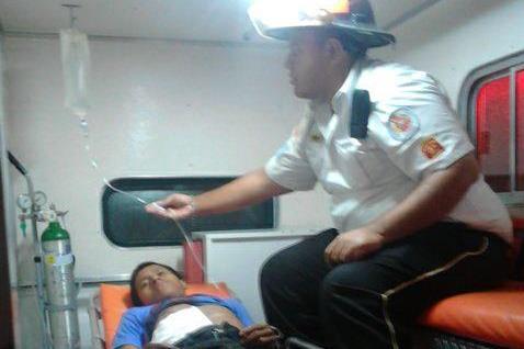 Juan Carlos Hernández Vásquez es trasladado a un centro asistencial en Zacapa. (Foto Prensa Libre: Bomberos Voluntarios)