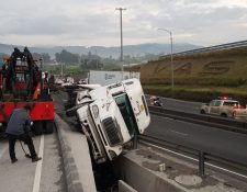 Grúas movilizan tráiler accidentado. (Foto Prensa Libre: PMT de Villa Nueva)