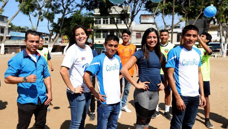 Los destacados deportistas nacionales compartieron momentos amenos con niños y jóvenes de la colonia Sakerty. (Foto Prensa Libre: Carlos Vicente).