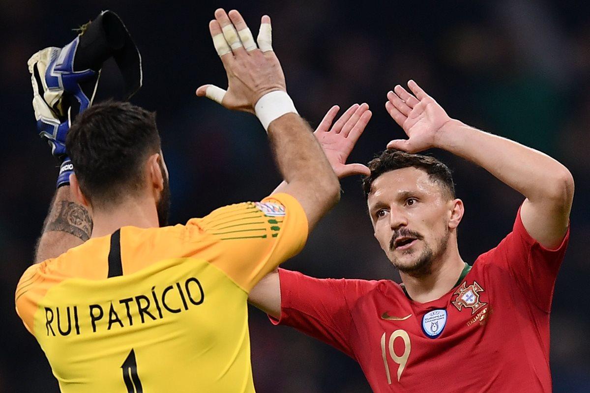 Los jugadores de Portugal celebraron el resultado positivo contra los italianos. (Foto Prensa Libre: AFP)