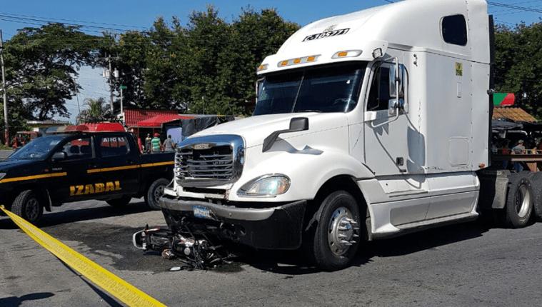 Autoridades investigan la causa del accidente entre un tráiler y una motocicleta, en Morales, Izabal, donde murieron tres personas. (Foto Prensa Libre: Dony Stewart)