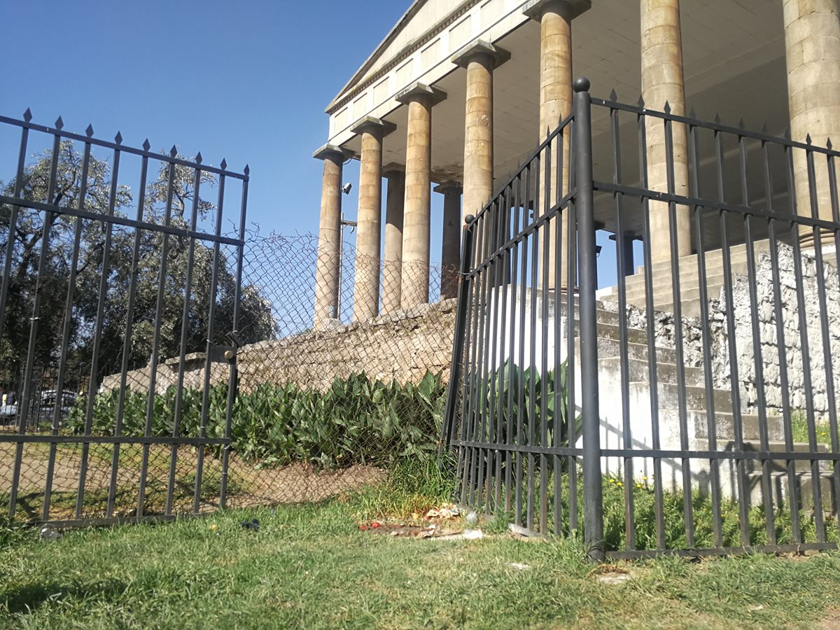 En el Templo a Minerva, zona 3, sujetos desconocidos robaron parte de la reja que circula el monumento. (Foto Prensa Libre: Fred Rivera)