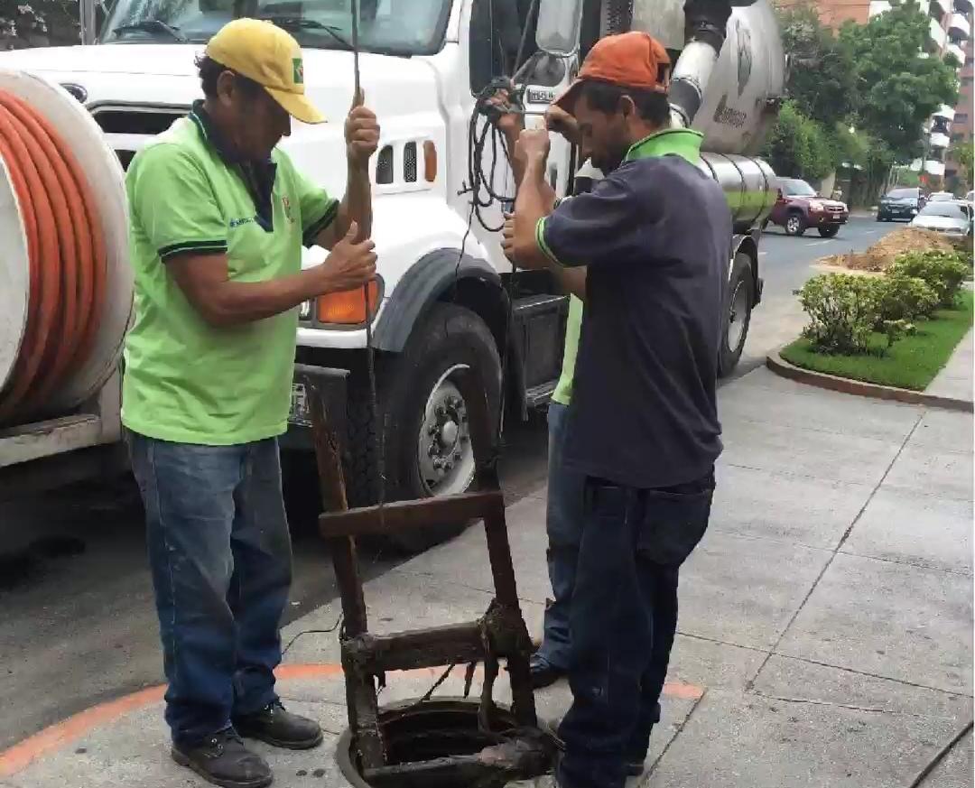 Personal de la municipalidad retira una escalera localizada dentro de una alcantarilla.(Foto Prensa Libre: cortesía municipalidad)