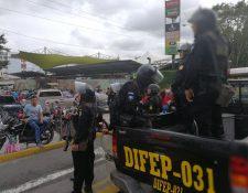 Agentes de la PNC trasladan a un juzgado a un presunto extorsionista capturado en la Plaza El Amate. (Foto Prensa Libre: Esbin García)