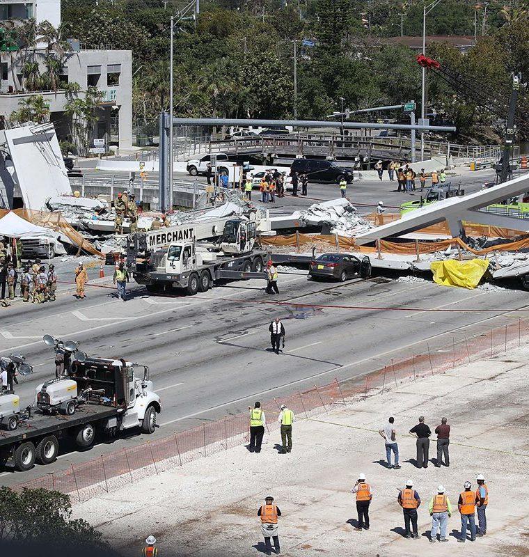 La pasarela conectaba con la Universidad Internacional de Florida (FIU). (Foto Prensa Libre: AFP)