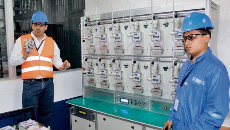 Ingenieros de Energuate explican el proceso para medir los contadores.