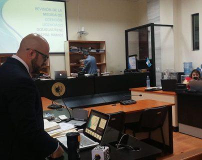 El abogado Juan Guevara argumentó por la libertad condicional del exmagistrado judicial, Douglas Charchal. (Foto Prensa Libre: Erick Avila)