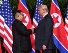 Donald Trump y Kim Jong Un se dieron un histórico apretón de manos en la apertura de una cumbre histórica en Singapur.(Foto Prensa Libre:AFP).