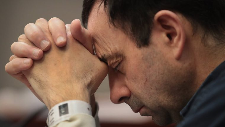 Visiblemente afectado, Larry Nassar escuchó los impactantes testimonios de las gimnastas que sufrieron abusos por parte de él. (Foto Prensa Libre: AFP)