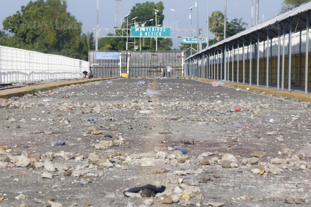 Un camino de piedras se observa sobre el puente Rodolfo Robles, donde los migrantes centroamericanos intentarán atravesar la frontera hacia México. (Foto Prensa Libre: Rolando Miranda)