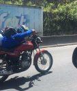 El motorista se sostenía solo con el manubrio. (Foto Presa Libre: Guatevisión)