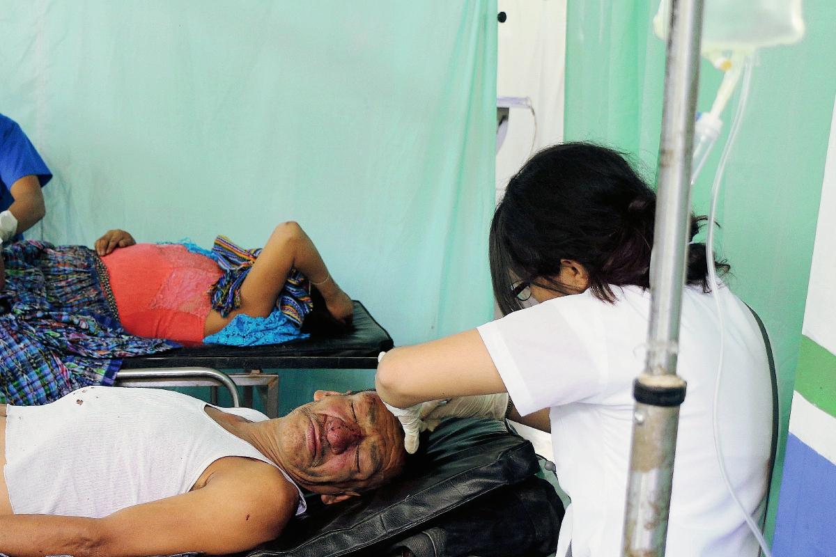 Los heridos fueron trasladados al Hospital Nacional de Cobán. (Foto Prensa Libre: Eduardo Sam)