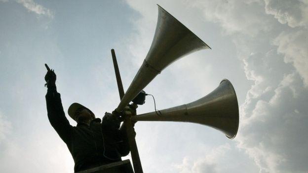 Los sonidos estridentes de alto volumen pueden causar daños físicos al oído. GETTY IMAGES