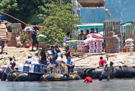 Soldados  mexicanos observan el paso de productos de su país hacia territorio guatemalteco.