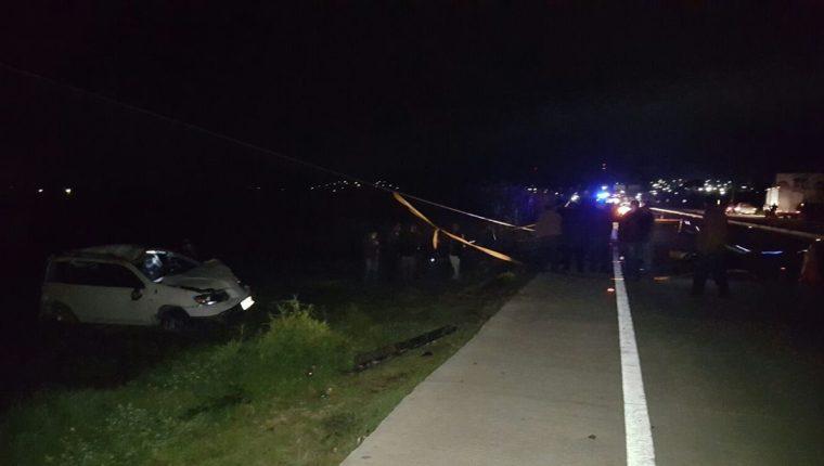 Socorristas resguardan el área donde ocurrió un accidente que dejó como saldo la muerte de dos personas en Patzicía, Chimaltenango. (Foto Prensa Libre: José Rosales)