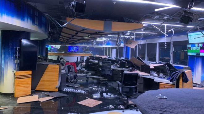 Así quedó un estudio de televisión de un canal local en Anchorage tras el sismo. CBS NEWS
