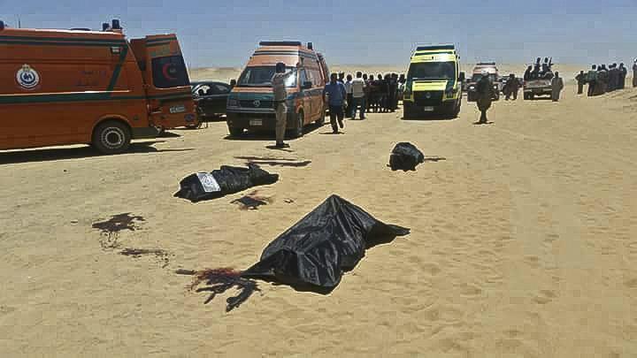 Zona donde fue atacado un autobús donde viajaban cristianos coptos, en Egipto. (Foto Prensa Libre: AFP)