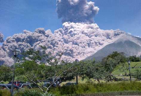 La gigantesca nube de ceniza expulsada por el Volcán de Fuego se extendió a siete departamentos del suroccidente del país.