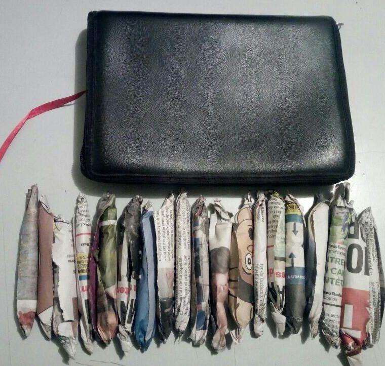 Al capturado se le incautó 19 envoltorios de marihuana dentro de un estuche de biblia. (Foto Prensa Libre: Fred Rivera)