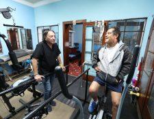 Byron Pérez trabaja en su recuperación en la clínica de Francisco de Aguirre, quien le explica los diferentes procesos que debe cumplir. (Foto Prensa Libre: Eddy Recinos)
