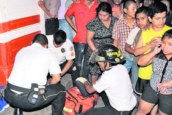 Los Bomberos Voluntarios  dan asistencia a uno de los jóvenes atacados en Retalhuleu. (Foto Prensa Libre: Rolando Miranda)