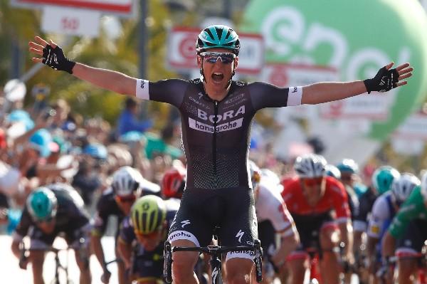 El austríaco Lukas Postlberger celebra en la primera etapa del Giro de Italia. (Foto Prensa Libre: AFP).