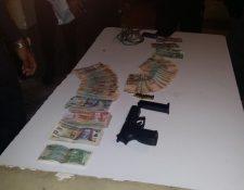Armas, municiones y dinero en efectivo fueron decomisados a los tres aprehendidos en Jalapa, acusados de haber asaltad un camión en Jalapa. (Foto Prensa Libre: Hugo Oliva).